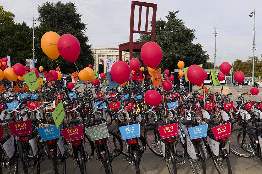 Bicicletas coloridas estacionadas perto do prédio da ONU em Genebra