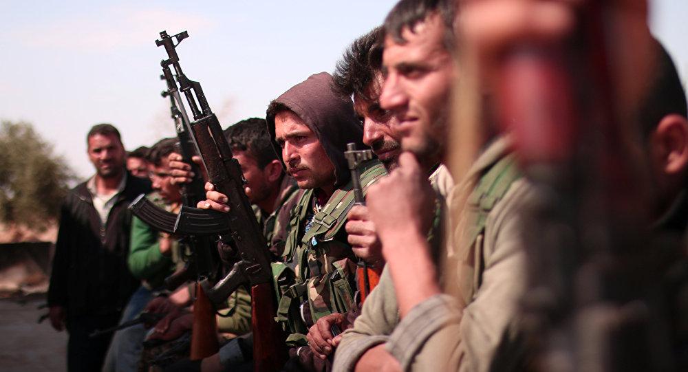 Combatentes das Forças Democráticas da Síria (FDS) ao norte da cidade de Raqqa