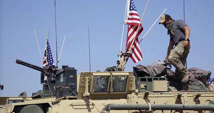 Soldado norte-americano no veículo blindado na Síria (foto de arquivo)