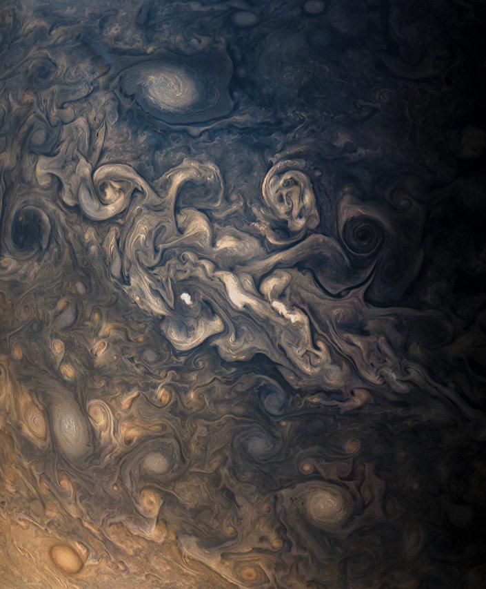 A atmosfera tempestuosa de Júpiter, capturado pela câmera JunoCam durante seu oitavo voo