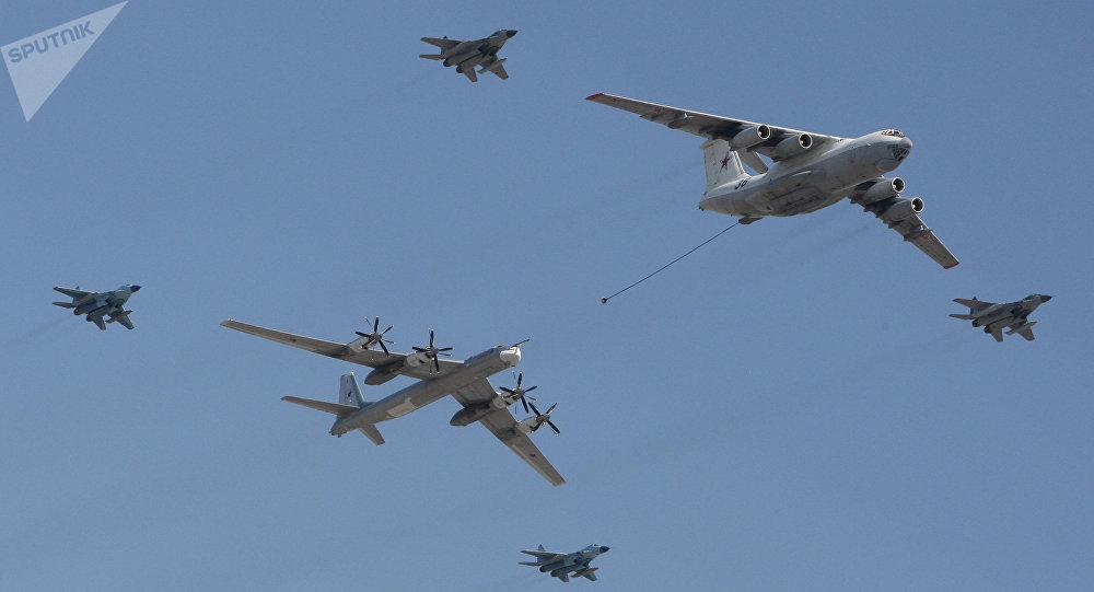 Bombardeiro estratégico Tu-95 sendo reabastecido por uma aeronave Il-78