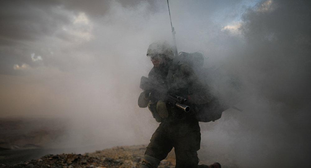Soldado israelense atravessando fumaça (foto de arquivo)