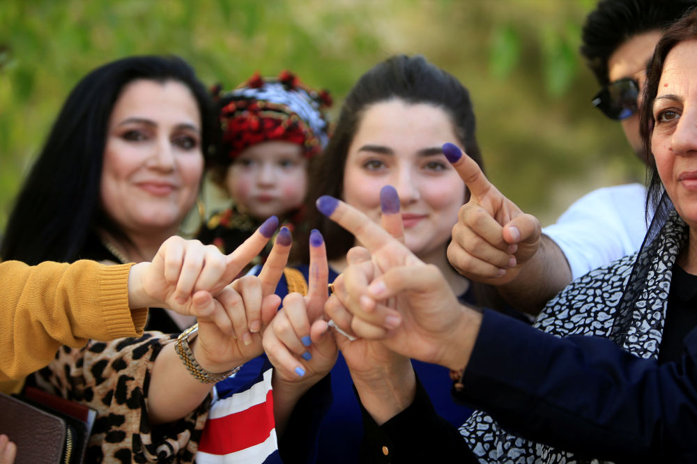 Mulheres mostrando os dedos pintados durante o referendo, na cidade de Sulaimaniyah, Iraque