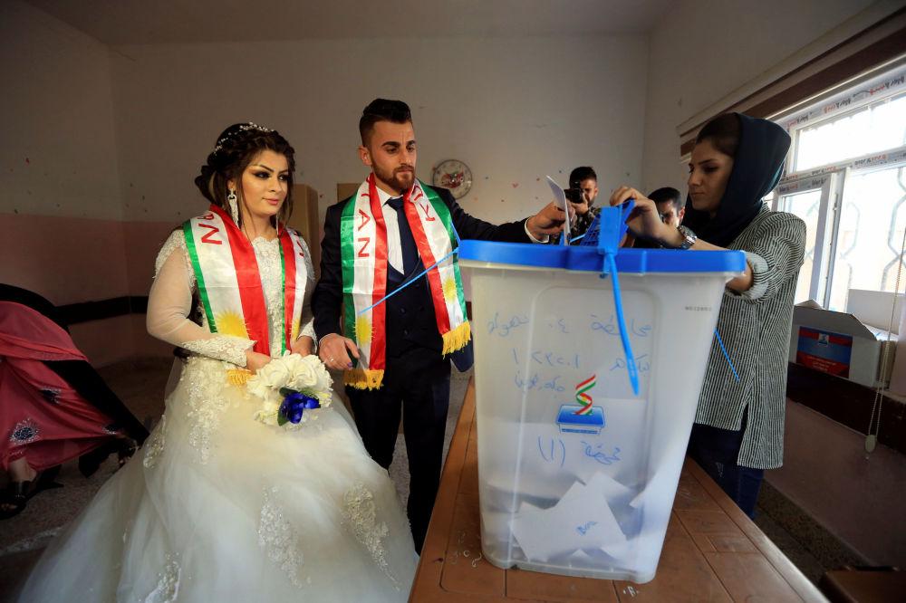 Recém-casados votando durante o referendo curdo no Iraque