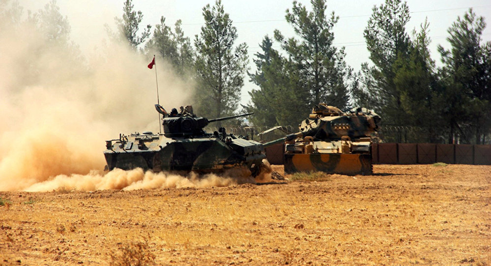 O tanque do exército turco e veículo armado perto da fronteira turco-síria no sudeste da província Gaziantep em 23 de agosto de 2016