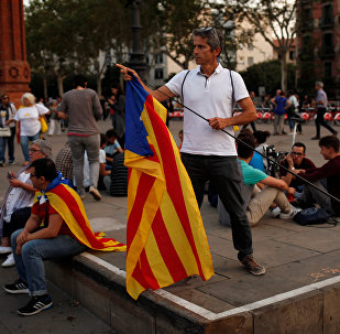 A man places an Estelada (Catalan separatist flag) on a stick during a protest outside the High Court of Justice of Catalonia in Barcelona, Spain, September 21, 2017.