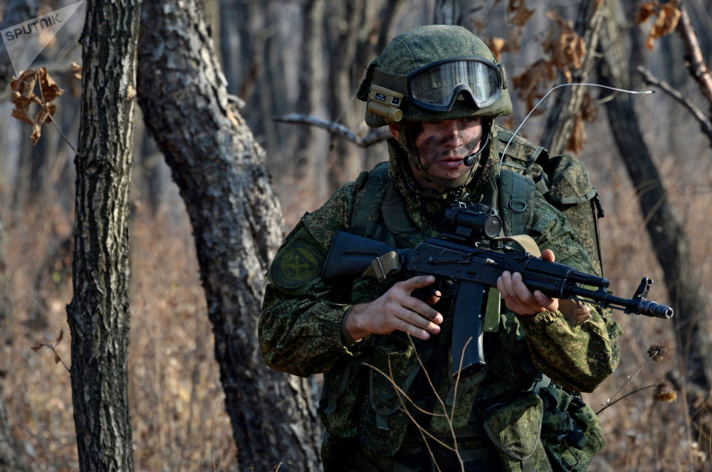 Soldado das tropas de desembarque das tropas terrestres com versão modernizada do famoso Kalashnikov