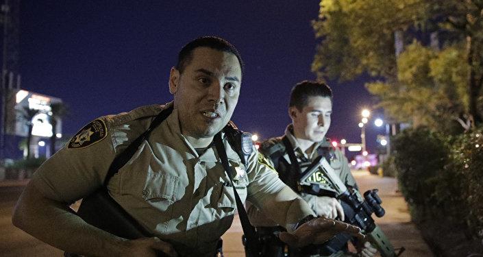 Policiais próximo do lugar do tiroteio em Las Vegas