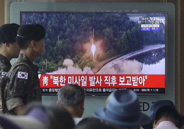 Soldados sul-coreanos observam transmissão de lançamento de um míssil norte-coreano
