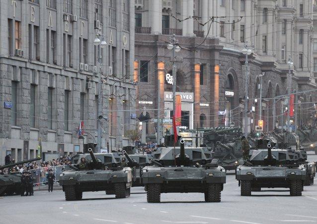Tanques Armata durante ensaio para a Parada da Vitória
