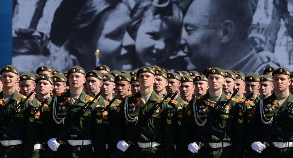 Militares russos ensaiam para a Parada da Vitória de 9 de maio, em Moscou.