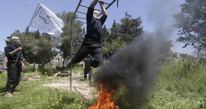 Combatentes rebeldes de o primeiro regimento, que faz parte do Exército Livre da Síria, participam de um treinamento militar no campo ocidental de Aleppo 4 de maio de 2015