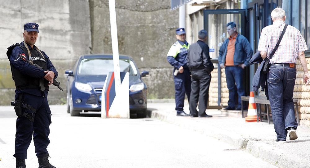 Policiais em frente à delegacia atacada por extremista islâmico em Zvornik, na Bósnia