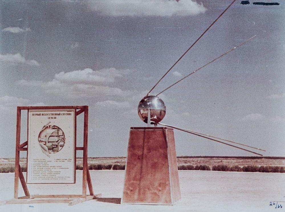 Maqueta do Sputnik em um polígono de testes