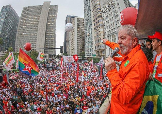 Lula durante ato em defesa da soberania nacional no Rio de Janeiro.