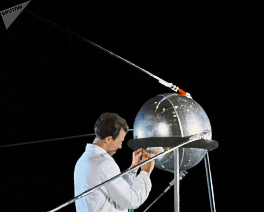 Imagem de um documentário mostrando preparações antes do lançamento do Sputnik