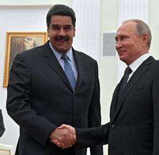 Presidente russo Vladimir Putin com o presidente da Venezuela Nicolás Maduro durante seu encontro em Moscou, em 4 de outubro de 2017