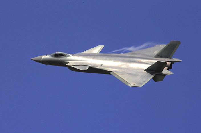 Caça furtivo J-20 voa durante a Exposição Internacional de Aviação e Aeroespacial da China (foto de arquivo)