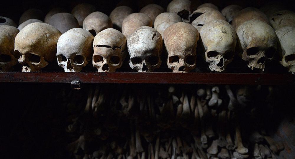 Esta foto foi tirada em 4 de abril de 2014 que mostra os crânios humanos no memorial em Nyamata dentro da igreja católica onde milhares de pessoas foram exterminadas em 1994 durante o genocídio em Ruanda