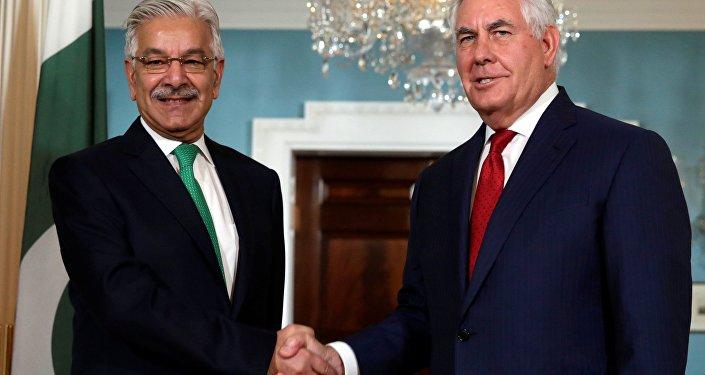 Ministro de Relações Exteriores do Paquistão, Khawaja Asif, ao lado do secretário de Estado dos EUA, Rex Tillerson, em encontro em Washington