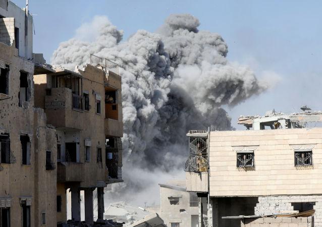 Fumaça sobre Raqqa depois de ataque aéreo contra terroristas