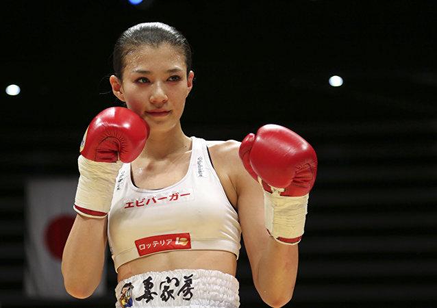 Boxeadora japonesa Tomomi Takano posando após ter vencido sua compatriota Hisami Oishi em um combate de boxe em Tóquio (foto de arquivo)