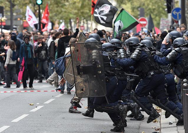 Polícia contém manifestantes durante greve contra reforma trabalhista, Paris, 10 de outubro de 2017