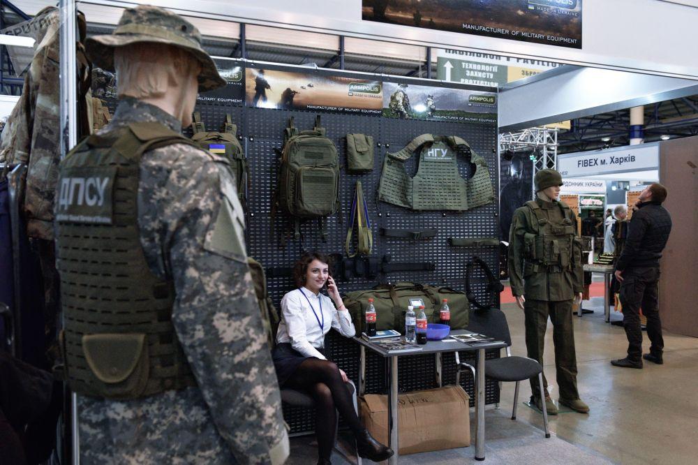 Moça em um dos stands da mostra Armas e Segurança 2017 em Kiev
