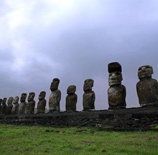 Vista de Moai - esculturas de pedra na Ilha de Páscoa a 3.700 quilômetros da costa chilena no oceano Pacífico