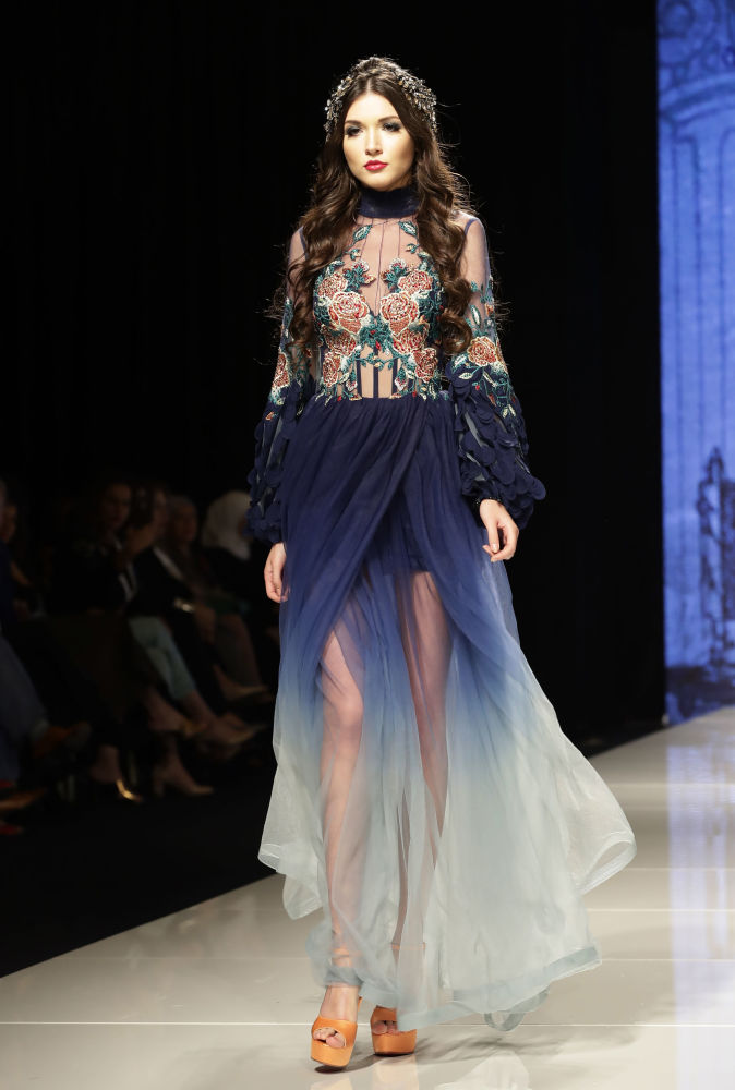 Modelo apresenta uma das peças da coleção de Manal Ajaj em Beirute