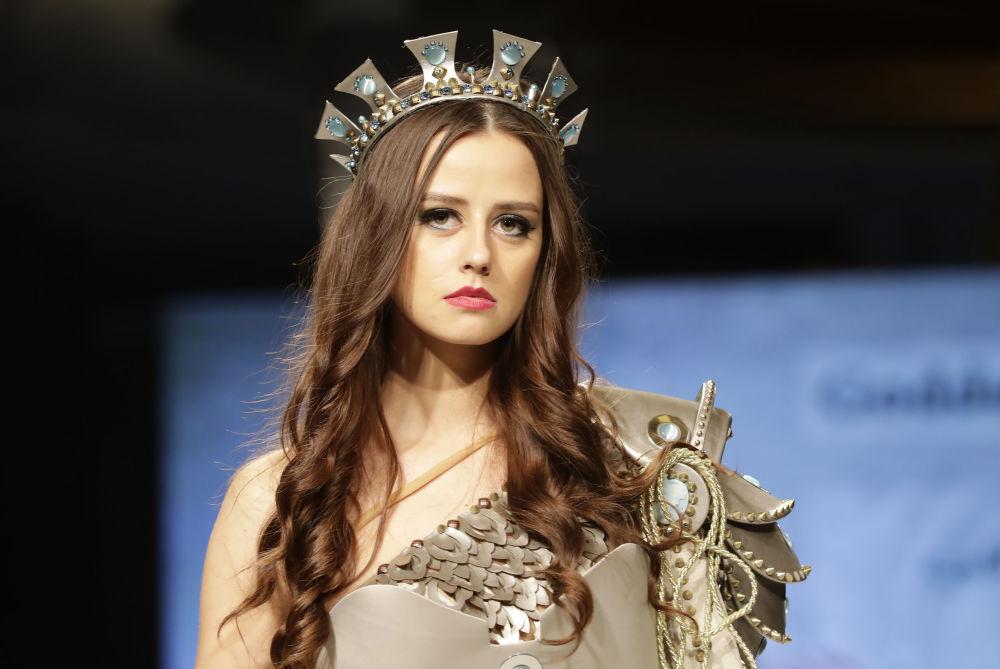 Modelo apresenta uma das peças da coleção criada pela designer síria Manal Ajaj e inspirada na imagem da deusa Atarghatis, a principal deusa no norte da Síria na época da Antiguidade clássica, em Beirute