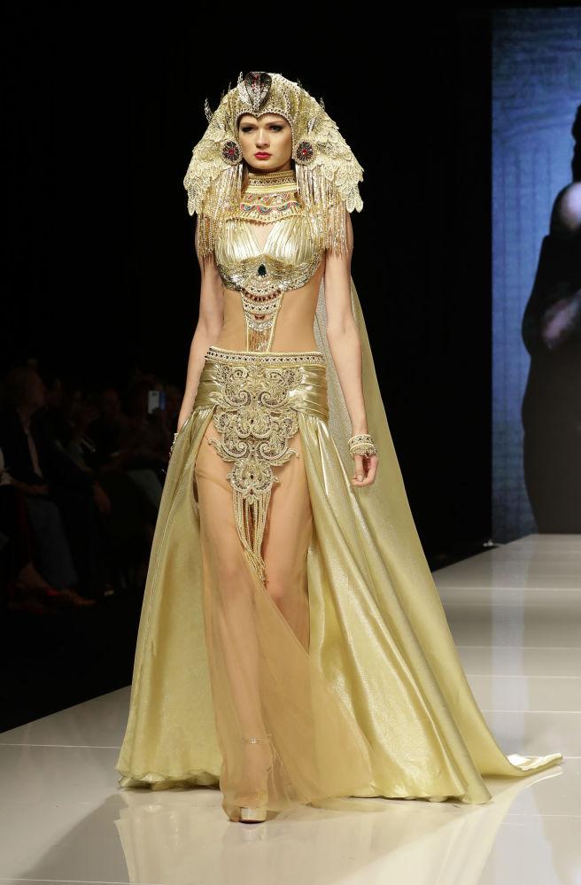 Durante o show de moda Jasmin Goddess, no Líbano, modelo apresenta um traje da designer Manal Ajaj inspirado na imagem da deusa Asherah