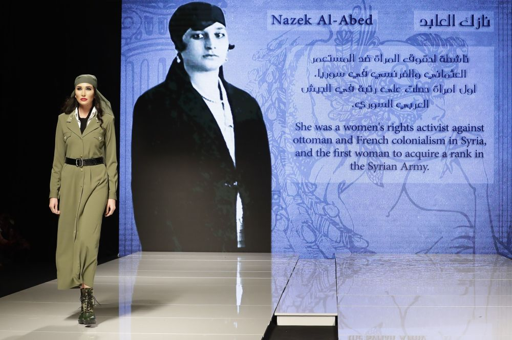 Modelo apresenta um traje, inspirado na vida da ativista pelos direitos das mulheres, Nazik al-Abed, e desenhado pela criadora síria Manal Ajaj, durante um show de moda em Beirute, em 11 de outubro de 2017