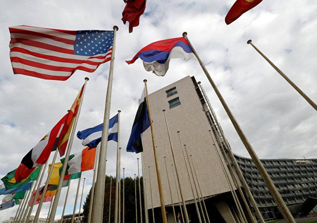 A bandeira estadunidense aparece fora da sede da UNESCO, em Paris, em 12 de outubro de 2017