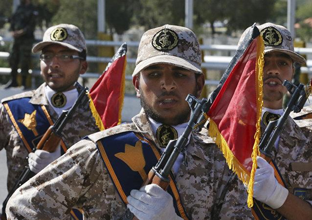Os efetivos do o Corpo de Guardiões da Revolução Islâmica (CGRI) durante um desfile militar (foto de arquivo)