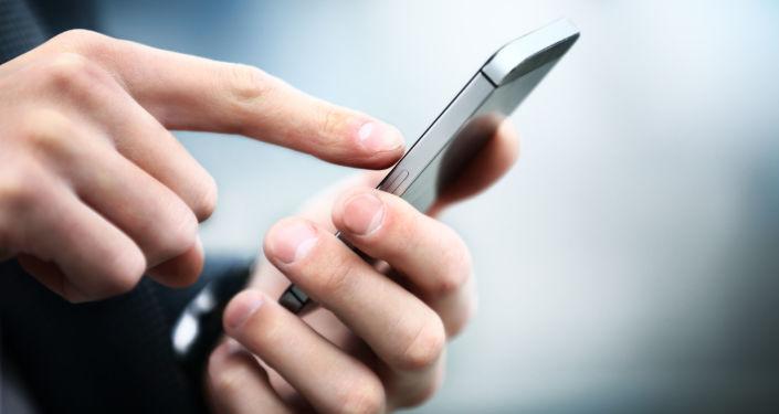 Homem segurando um smartphone (imagem referencial)