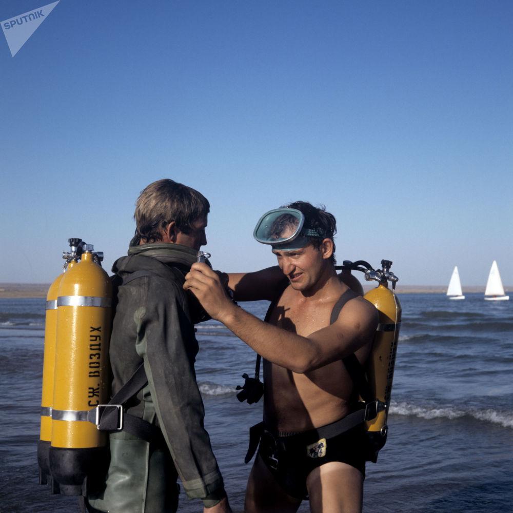Hidrogeólogos se preparando para exame do fundo do reservatório de Kapchagaysky