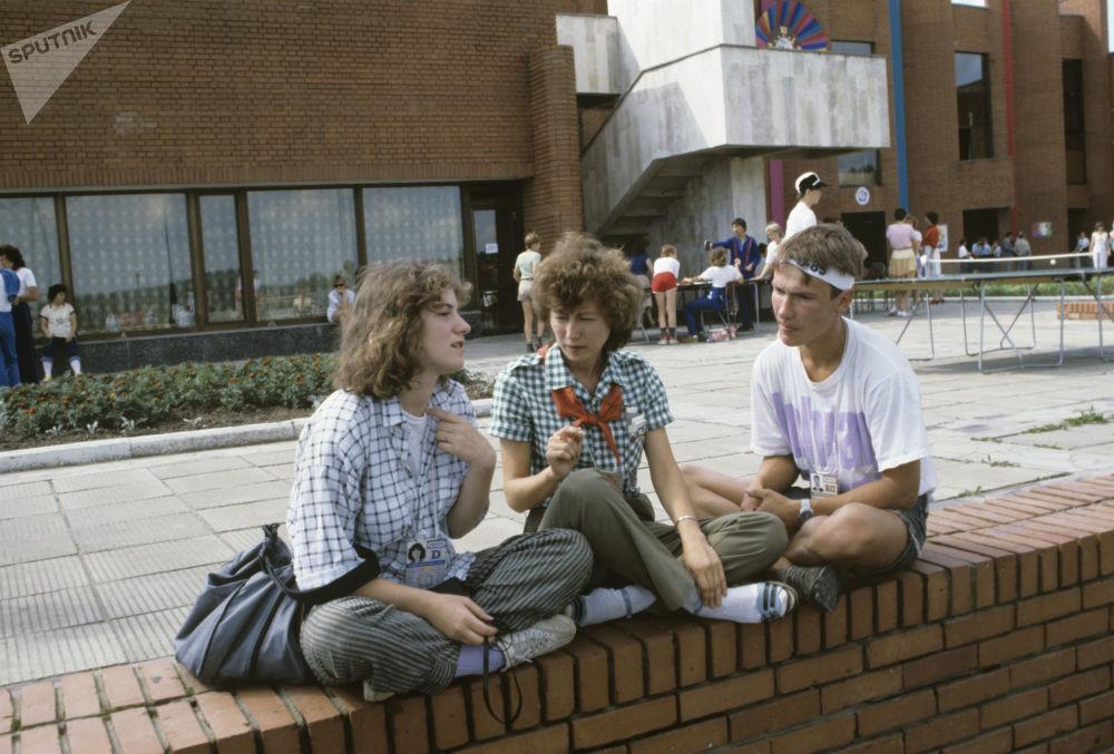 Jovens dos EUA, URSS e Finlândia no Acampamento Internacional de Crianças do Festival Mundial da Juventude e Estudantes, 1985