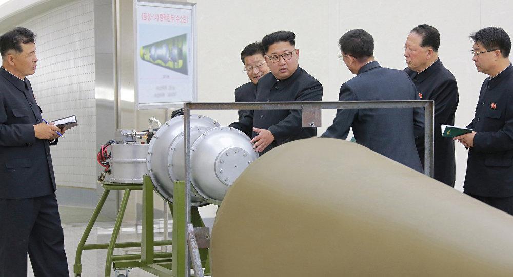 O líder norte-coreano, Kim Jong-un, inspecionando o programa nuclear em 3 de setembro de 2017