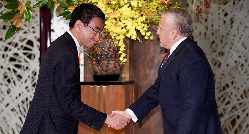Vice-ministro das Relações Exteriores do Japão, Shinsuke Sugiyama (à esquerda), aperta a mão do vice-secretário de Estado dos EUA, John Sullivan (à direita), durante reunião em Tóquio, em 16 de outubro de 2017