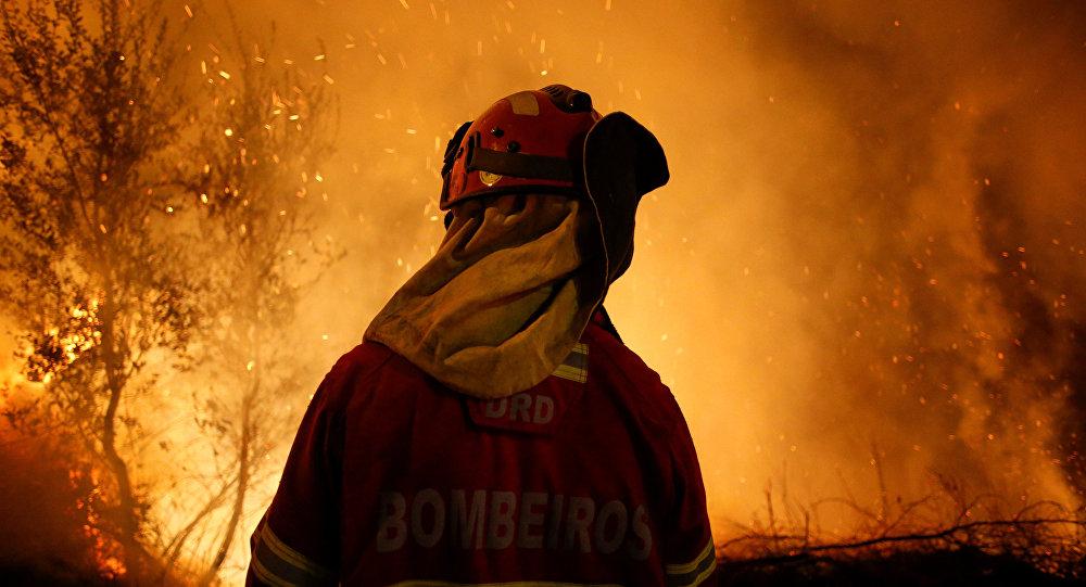 Um bombeiro participa da extinção de um incêndio em Cabanões, perto de Lousã, em 16 de outubro de 2017