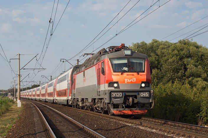 A locomotiva elétrica para trens de passageiros EP20, adaptada para uso de dois sistemas de eletrificação ferroviária