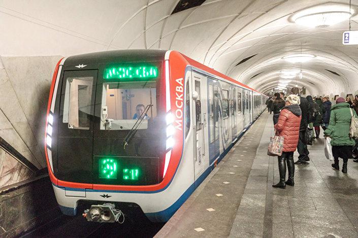 O trem de metrô Moskva, já em serviço no sistema de transporte público da capital russa