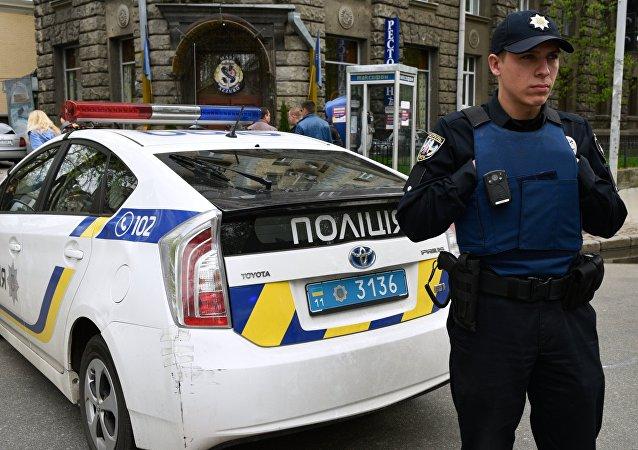 Agente da polícia ucraniana durante patrulha na cidade de Kiev (arquivo)