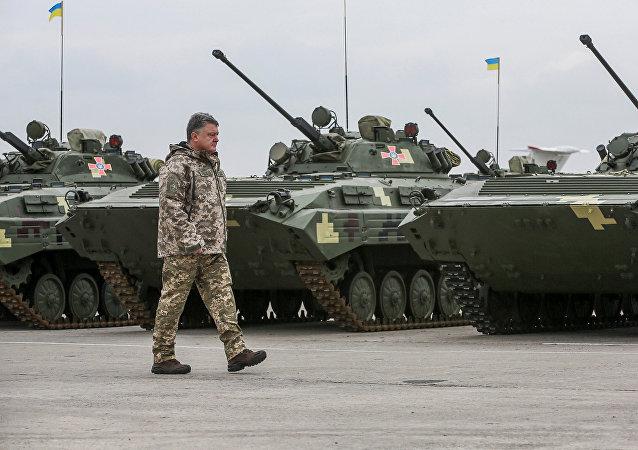 Presidente da Ucrânia Pyotr Poroshenko perto de veículos de combate ucranianos