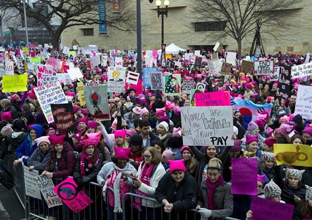 Mulheres com chapéus rosa e placas se reúnem em protesto contra a presidência Donald Trump, no dia 21 de janeiro de 2017, em Washington. No início deste ano, a mídia dos EUA informou que Soro contribuiu com US$ 246 milhões para parceiros da Marcha das Mulheres