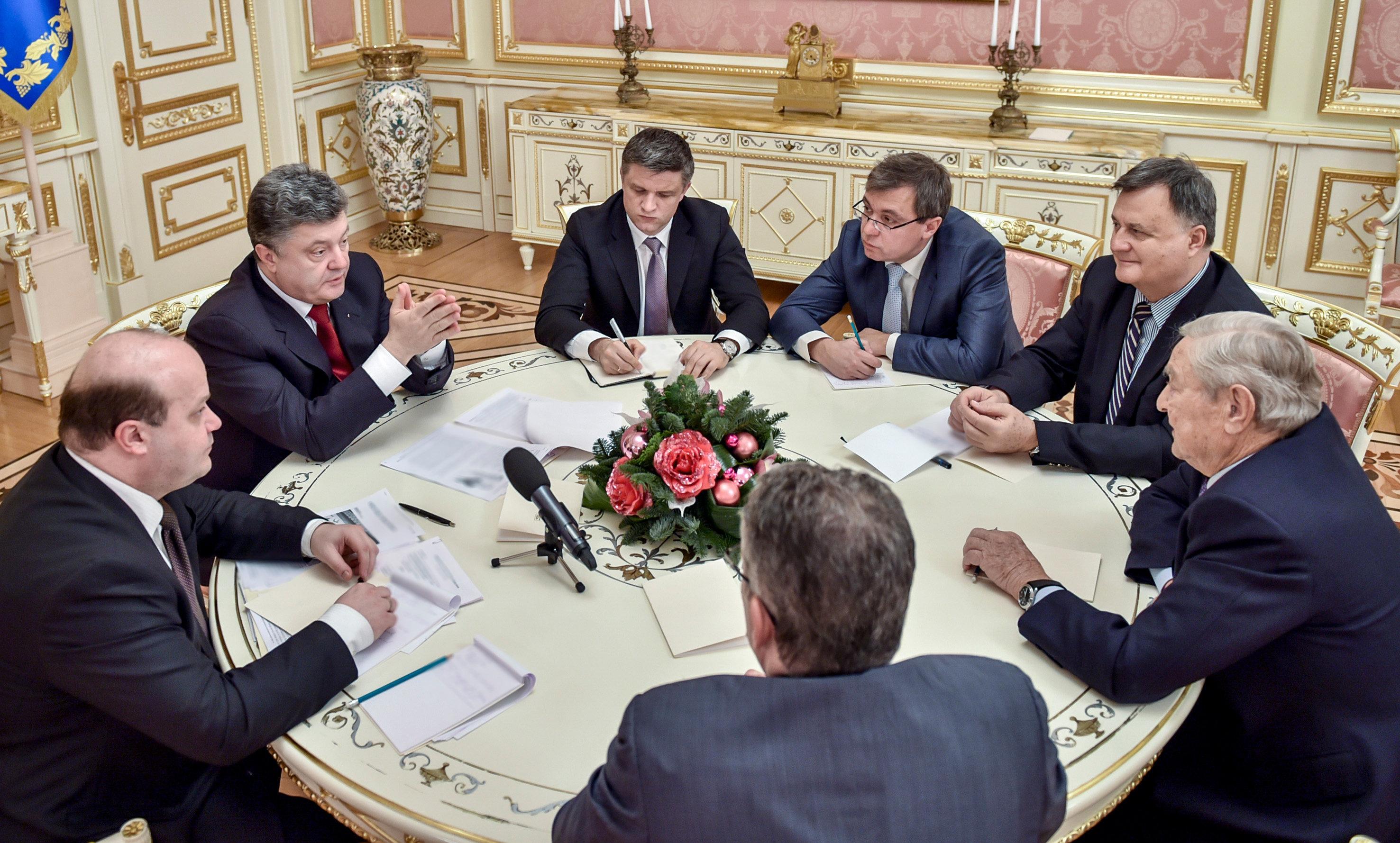 O presidente ucraniano, Pyotr Poroshenko, (segundo à esquerda) e George Soros (à direita), fundador e presidente da Open Society Foundations, durante uma reunião em Kiev