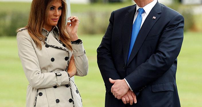 Melania Trump já sem os óculos escuros.