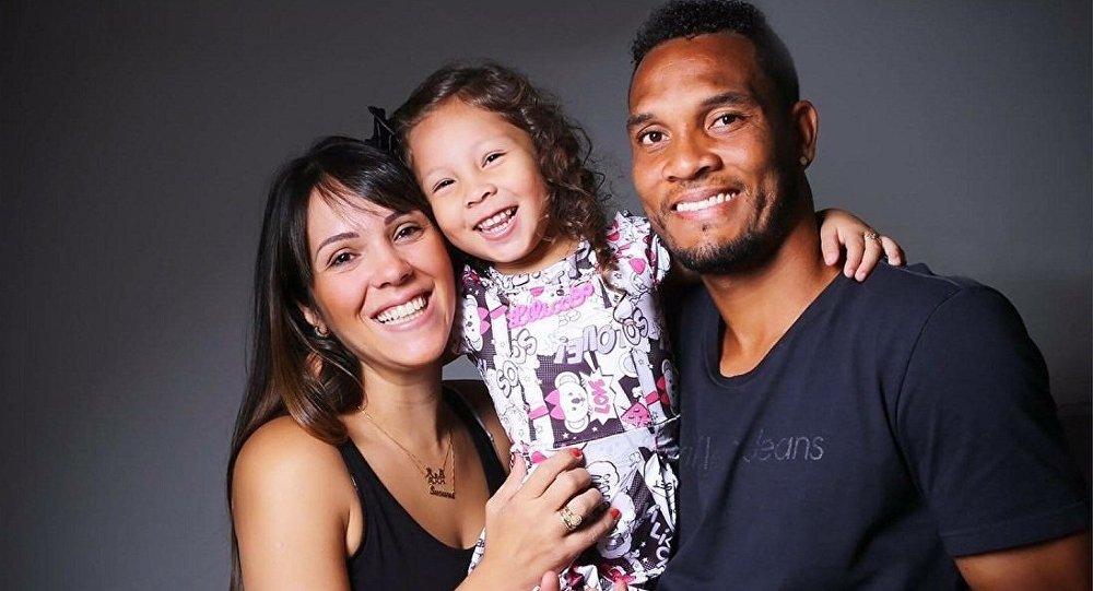 Susana Ribas, a filha Nina e o jogador Willian Thiego, falecido na tragédia da Chapecoense