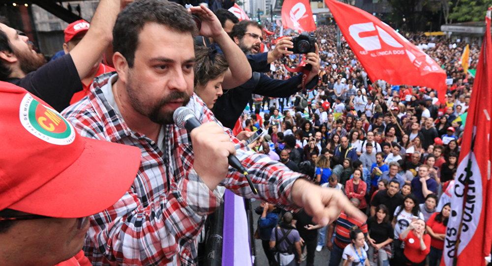 Guilherme Boulos, coordenador do MTST, durante protesto contra o governo Michel Temer em São Paulo (arquivo)